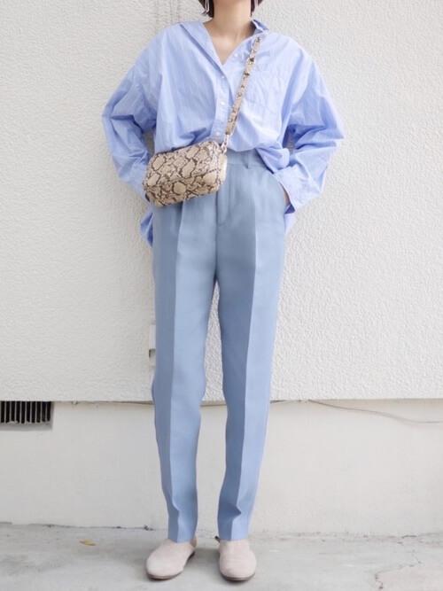 シャツ・ブラウスのタックイン:青のシャツ×青のパンツ×ベージュの靴