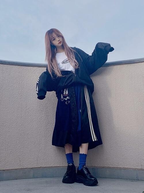 トラックジャケット×白のロゴTシャツ×黒のスカート×青のソックス×黒のブーツ