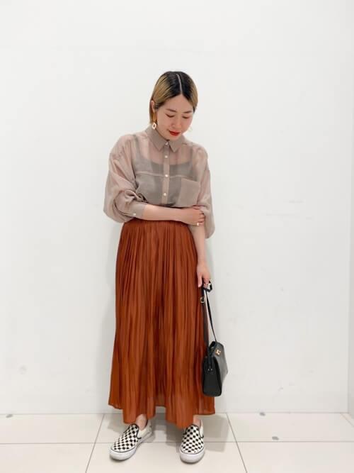 レッド系のメタリックスカート