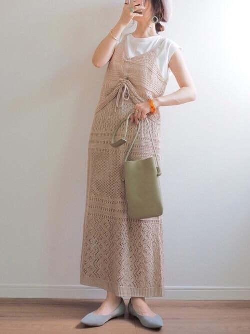 グリーンのマシュマロパンプス×白のTシャツ×ベージュの透かし編みニットスカート×グリーンのバッグ