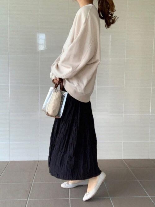 ベージュのトレーナー×黒のロングスカート×ベージュのパンプス