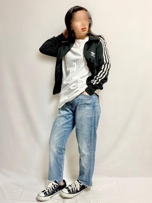 トラックジャケット×白のTシャツ×デニムパンツ×黒のスニーカー