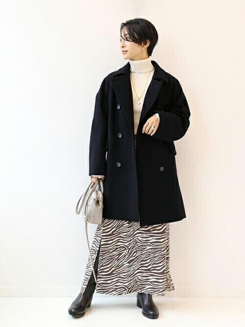 ネイビーのPコート×ベージュのタートルネックニット×ブラウンのスカート×黒のブーツ