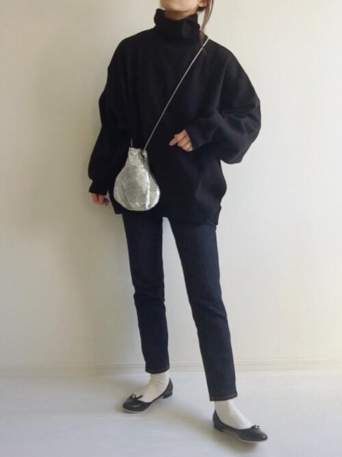 黒のトレーナー×デニムパンツ×黒のパンプス×シルバーのバッグ