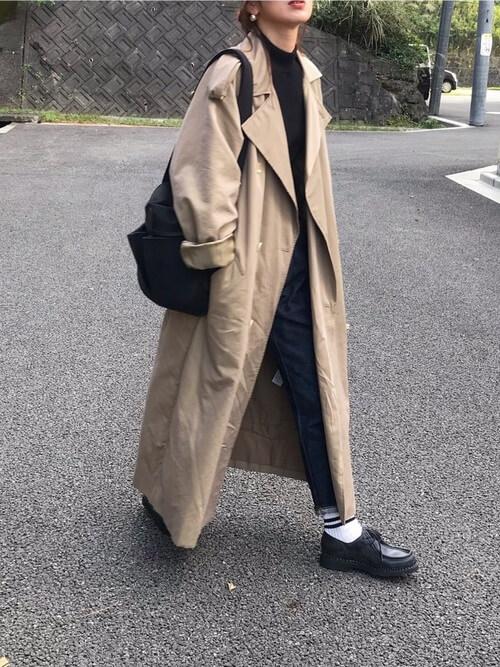 ベージュのトレンチコート×黒のニット×デニムパンツ×黒のブーツ