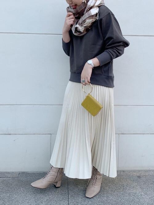 チャックのマフラー×黒のスエット×白のプリーツスカート×ベージュのブーツ