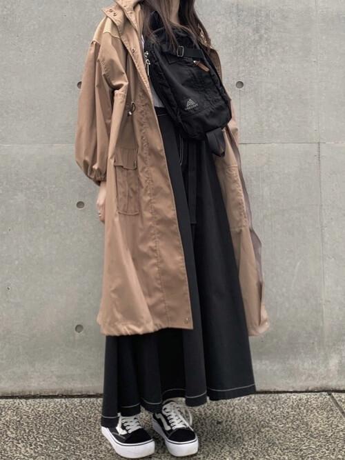 ベージュのモッズコート×白のTシャツ×黒のデニムスカート×黒のスニーカー