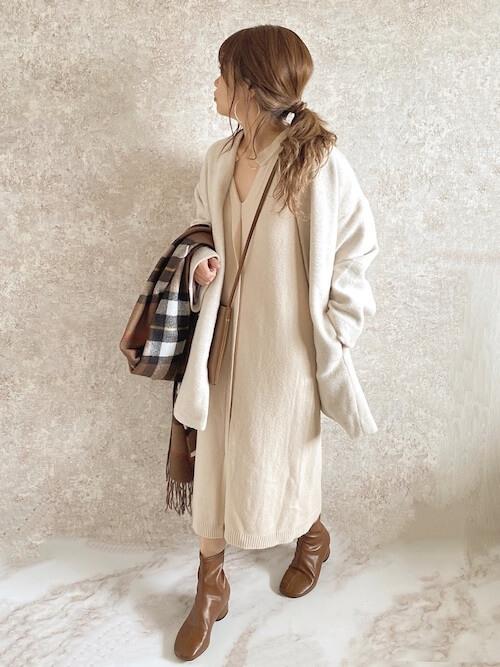 チャックのマフラー×白のノーカラージャケット×ベージュのニットワンピース×キャメルのブーツ