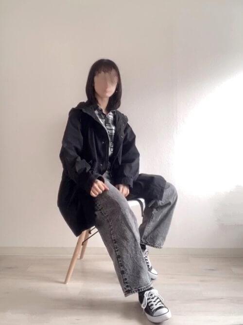 黒のモッズコート×チェックシャツ×デニムパンツ×黒のスニーカー