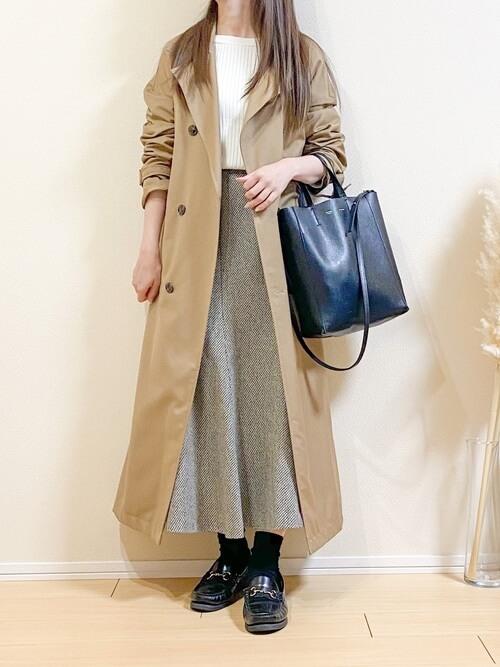 ベージュのトレンチコート×白のニット×グレーのスカート×黒のローファー