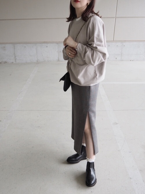 グレーのトレーナー×グレーのスリットスカート×黒のブーツ×白のフリルの靴下