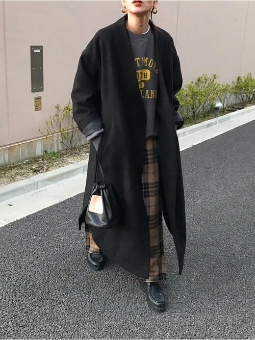 トレーナー×黒のノーカラーコート×チェックパンツ×黒のブーツ