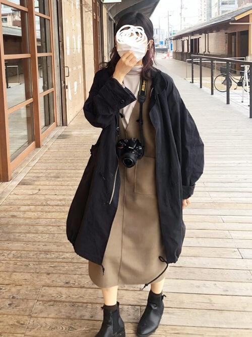 黒のモッズコート×ブラウンのジャンパースカート×ベージュのカットソー×黒のブーツ