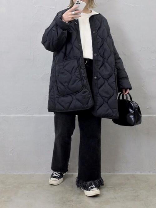黒のモッズコート×白のトレーナー×黒のフリンジパンツ×黒のスニーカー
