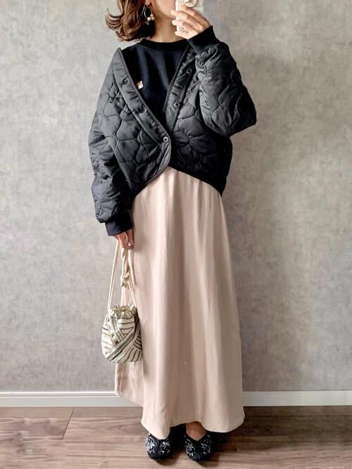 トレーナー×黒のキルティングジャケット×ベージュのスカート×黒のパンプス