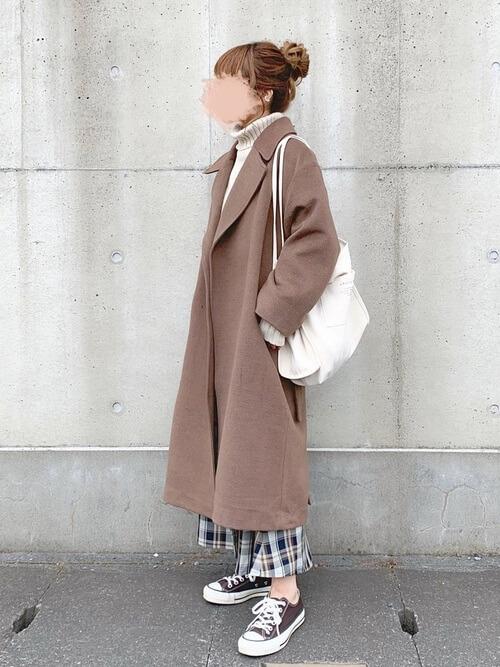 ガウンコート×白のタートルネックニット×チェックのスカート×ブラウンのスニーカー