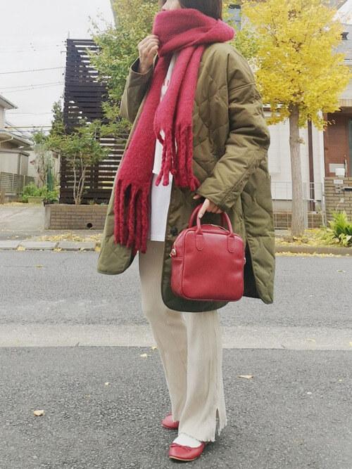 赤のマフラー×カーキのキルティングジャケット×白のカットソー×ベージュのパンツ×赤のパンプス
