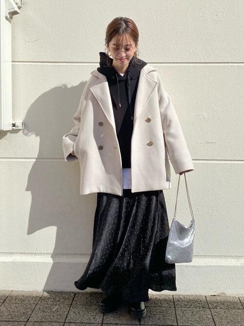 Pコートを秋冬に着こなすポイント:パーカーとの重ね着で大人カジュアルに!