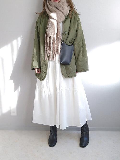 ベージュのマフラー×グリーンのノーカラージャケット×白のワンピース×黒のブーツ