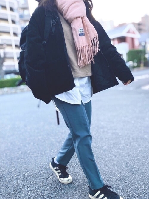 ピンクのマフラー×黒のダウンジャケット×ベージュのニット×白のシャツ×デニムパンツ×黒のスニーカー