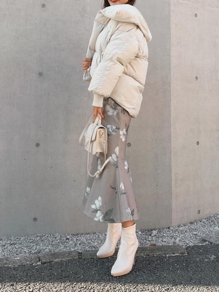 マーメイドスカート×白のショートブーツ×ショート丈のダウンジャケットのレディースコーデ