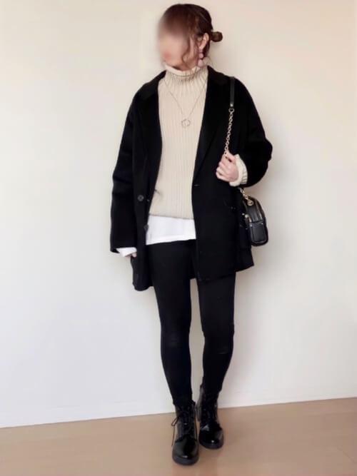 黒のPコート×ベージュのタートルネックニット×白のカットソー×黒のスキニーパンツ×黒のブーツ