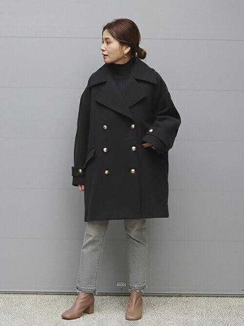 黒のPコート×黒のタートルネックニット×デニムパンツ×ブラウンのブーツ
