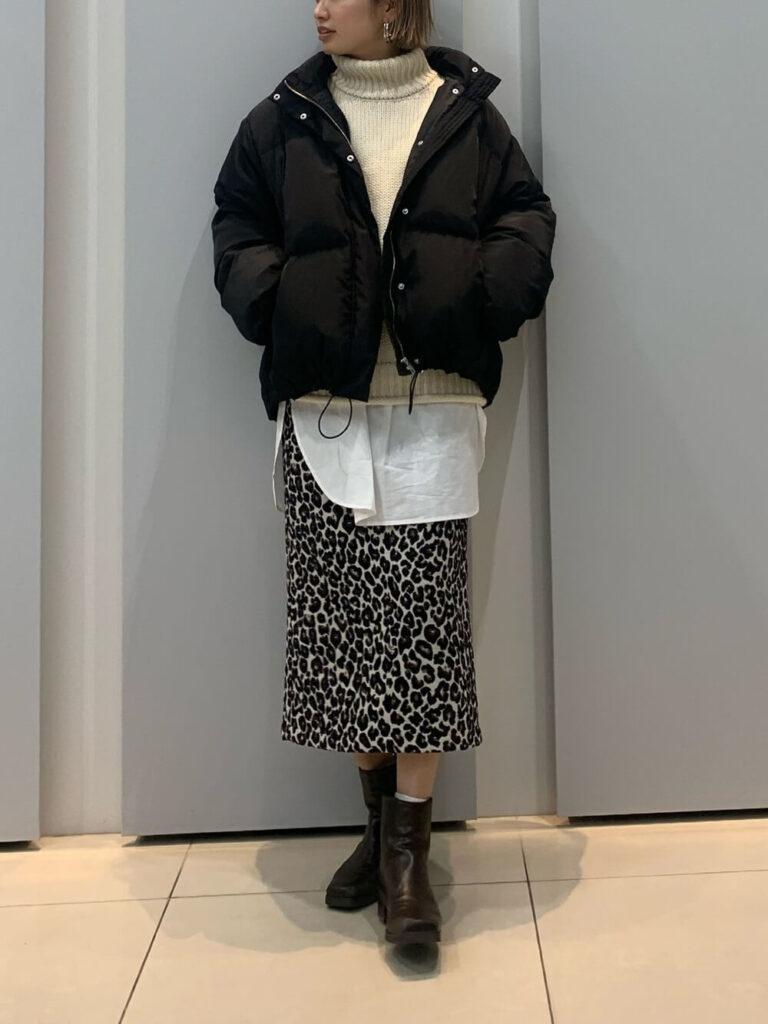 白のタートルニット×白シャツ×ヒョウ柄スカート×ショートブーツ×黒ダウンのレディースコーデ