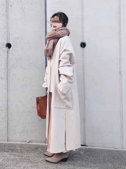 ガウンコートの着こなし方:白で軽やかな着こなしを