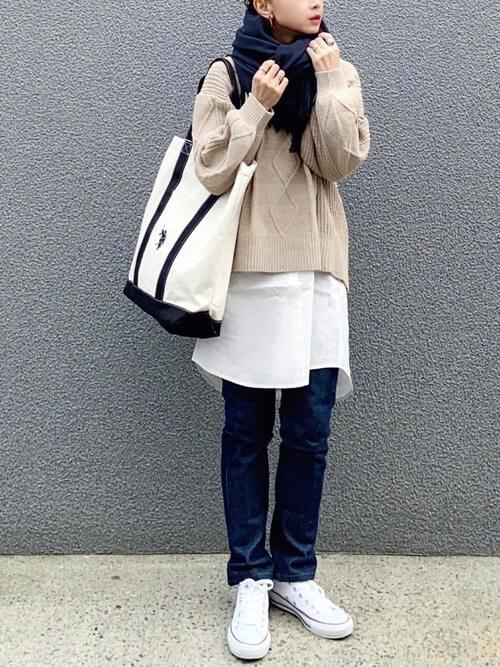 ネイビーのマフラー・ストール×ベージュのニット×白のシャツ×デニムパンツ×白のスニーカー