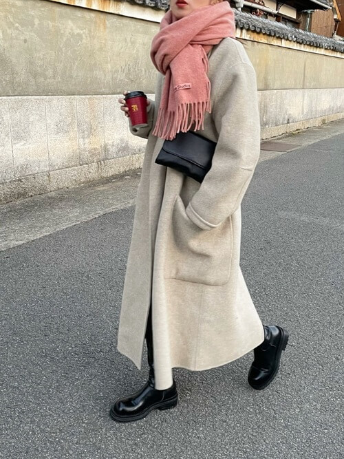 ピンクのマフラー×白のチェスターコート×黒のブーツ×黒のバッグ