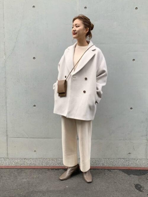 Pコートを秋冬に着こなすポイント:ニットを合わせて上品に!