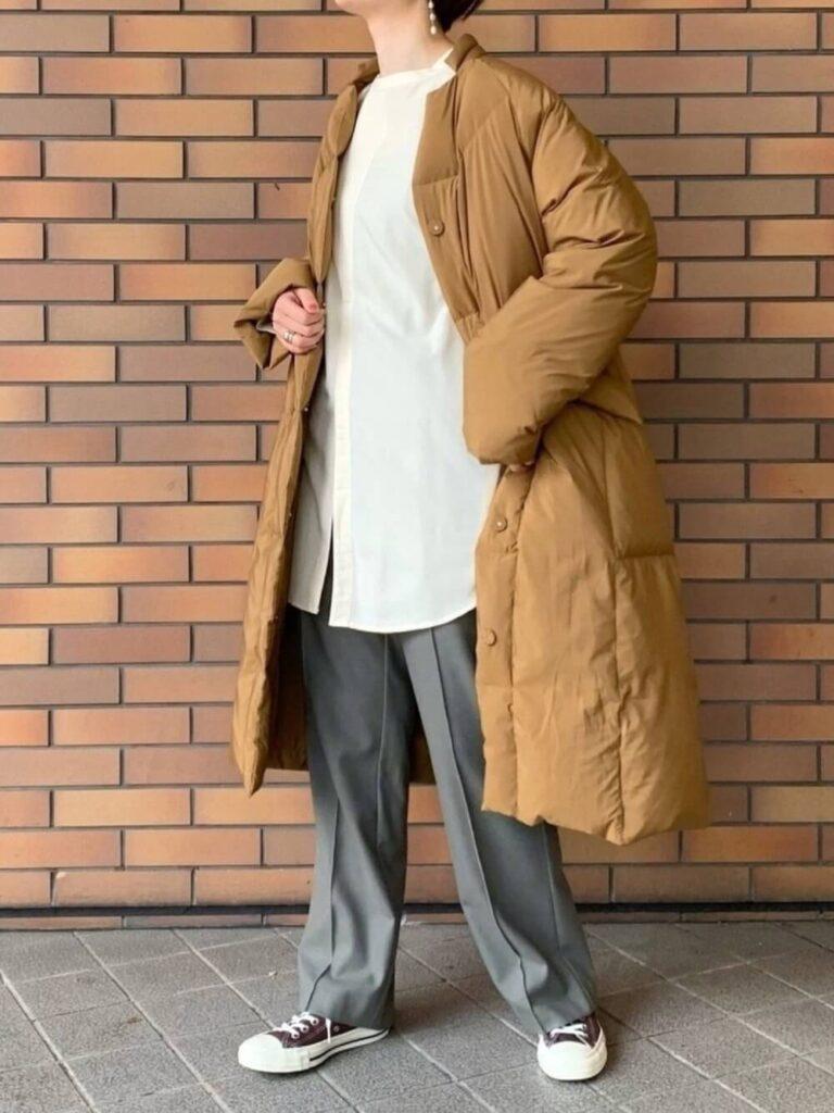 白のバンドカラーシャツ×グレーのスラックスパンツ×スニーカー×キャメルダウンのレディースコーデ