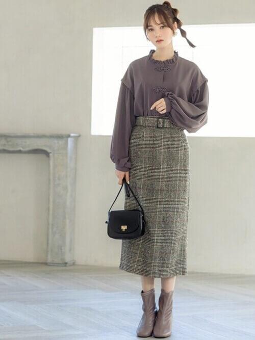 グレンチェクのスカート×パープルのブラウス×ベージュのブーツ