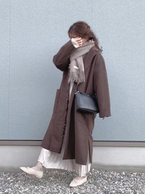 ブラウンのチェスターコート×白のニット×ベージュのスカート×ベージュのパンプス×ベージュのマフラー