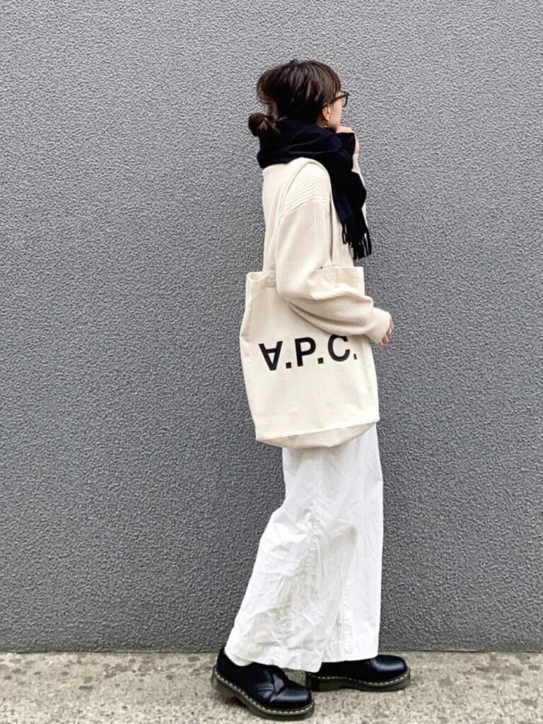 白のニット×白のワイドパンツ×黒のショートブーツ×黒マフラー・ストールのレディースコーデ