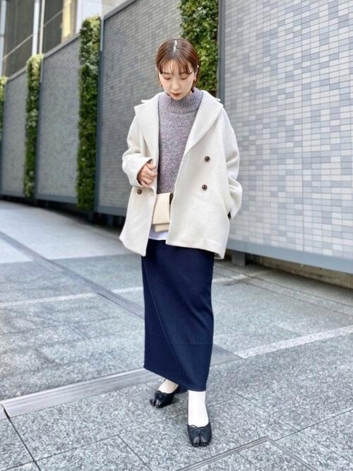 Pコート×グレーのニット×ネイビーのタイトスカート×黒の足袋パンプス