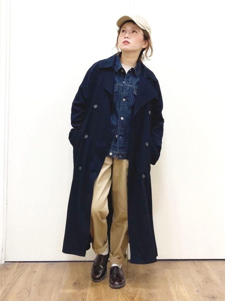 トレンチコート×ベージュのチノパン×ローファー×デニムジャケット・Gジャンの冬コーデ