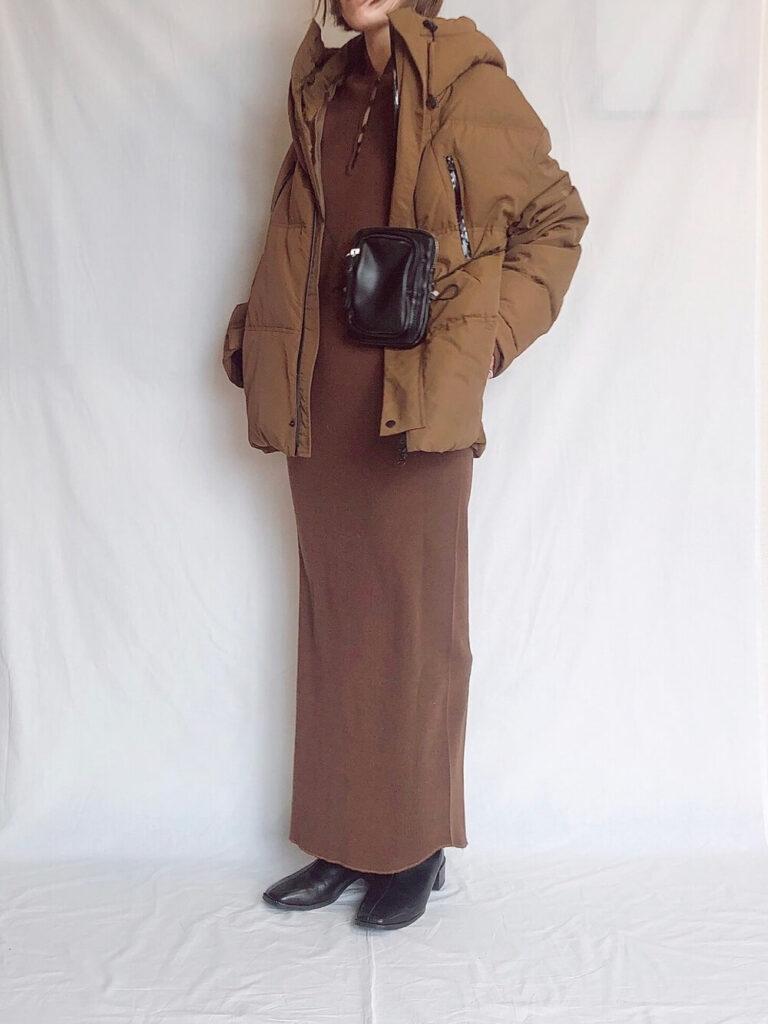 茶色のリブワンピース×ショートブーツ×キャメルダウンのレディースコーデ