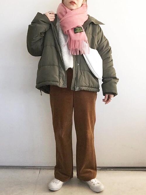 ピンクのマフラー×カーキのダウンジャケット×グレーのニット×ブラウンのコーデュロイパンツ