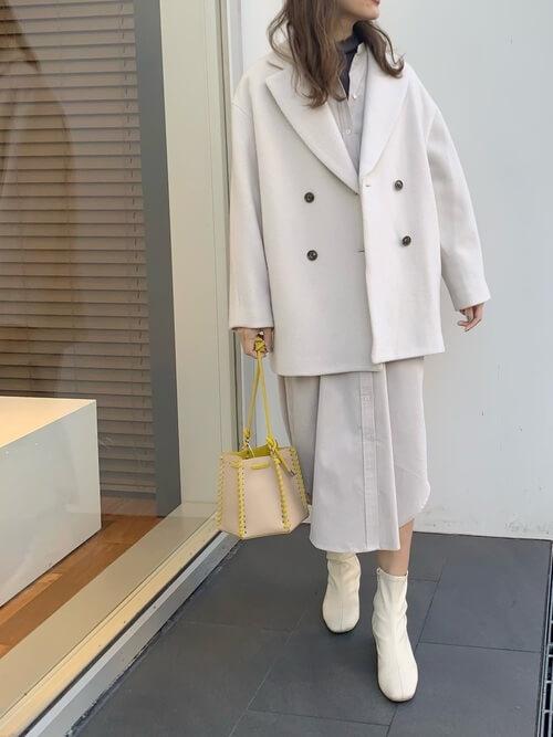 Pコート×白のシャツワンピース×白のブーツ