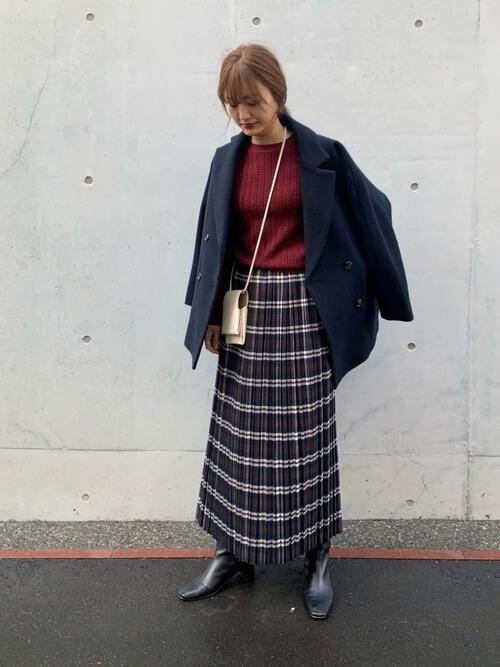 ネイビーのPコート×赤のニット×チェックのスカート×黒のブーツ