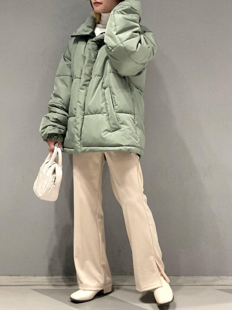白のタートルニット×白のフレアパンツ×ショーツブーツ×緑ダウンのレディースコーデ
