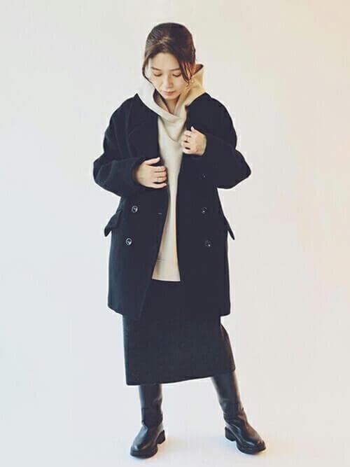 Pコート×ベージュのパーカー×黒のタイトスカート×黒のブーツ