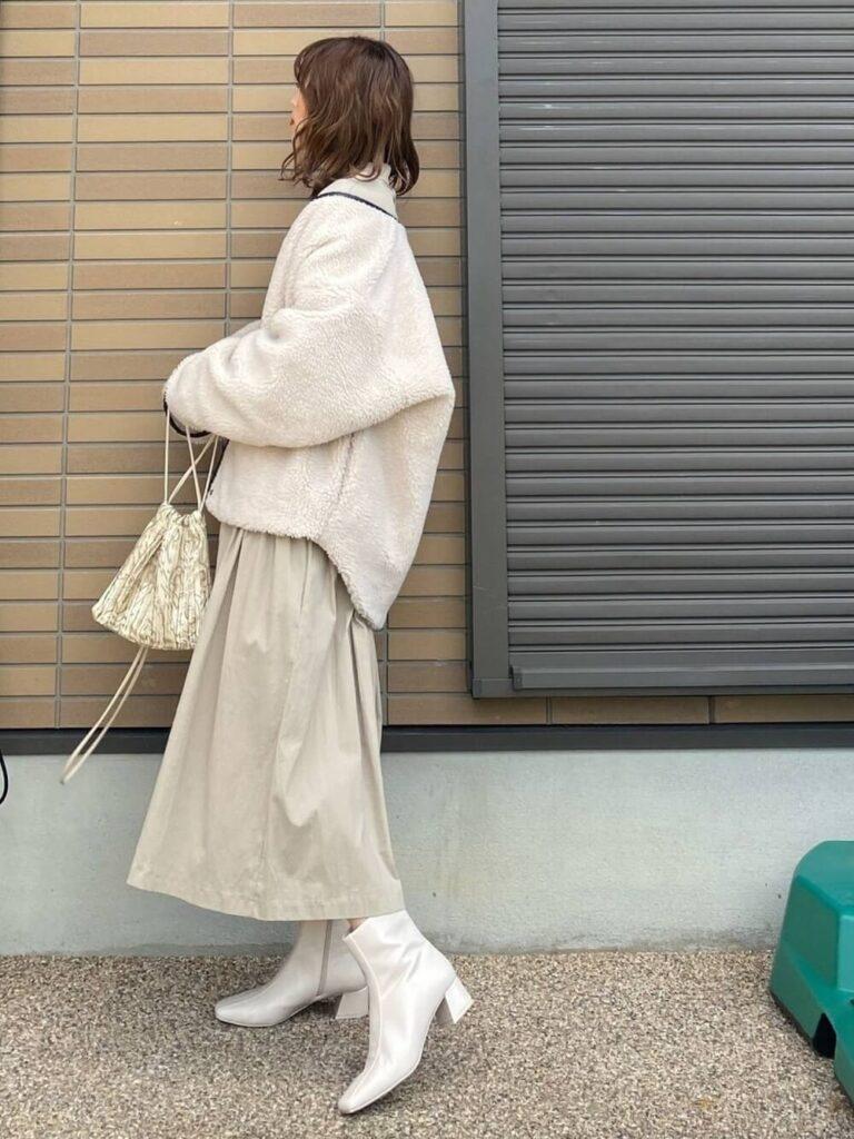 白のフレアスカート×白のショートブーツ×ボアブルゾンのレディースコーデ