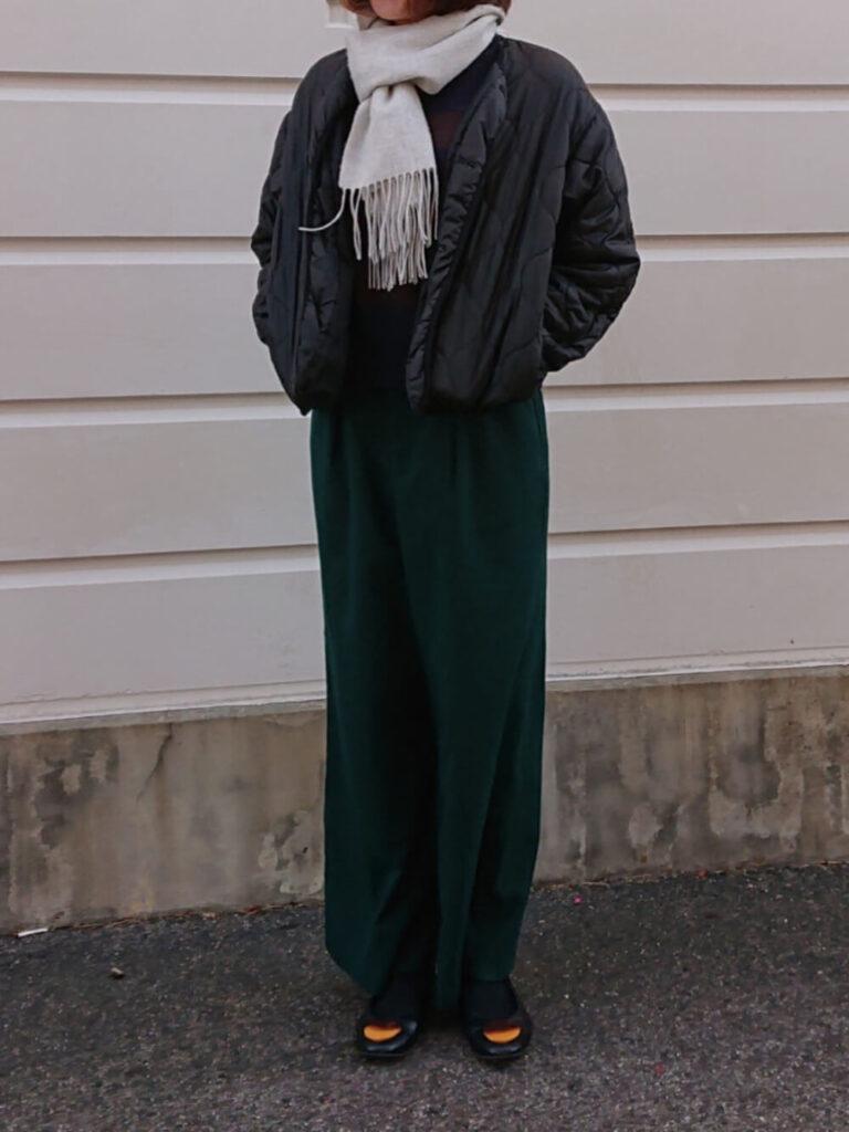 キルティングジャケット×ボーダーニット×グリーンのワイドパンツ×パンプス×グレーのマフラー・ストールのレディースコーデ