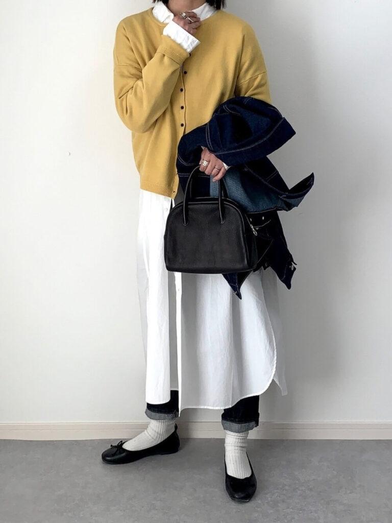 シャツワンピ×黄色のカーディガン×デニム×白ソックス×バレエシューズ×デニムジャケット・Gジャンの冬コーデ