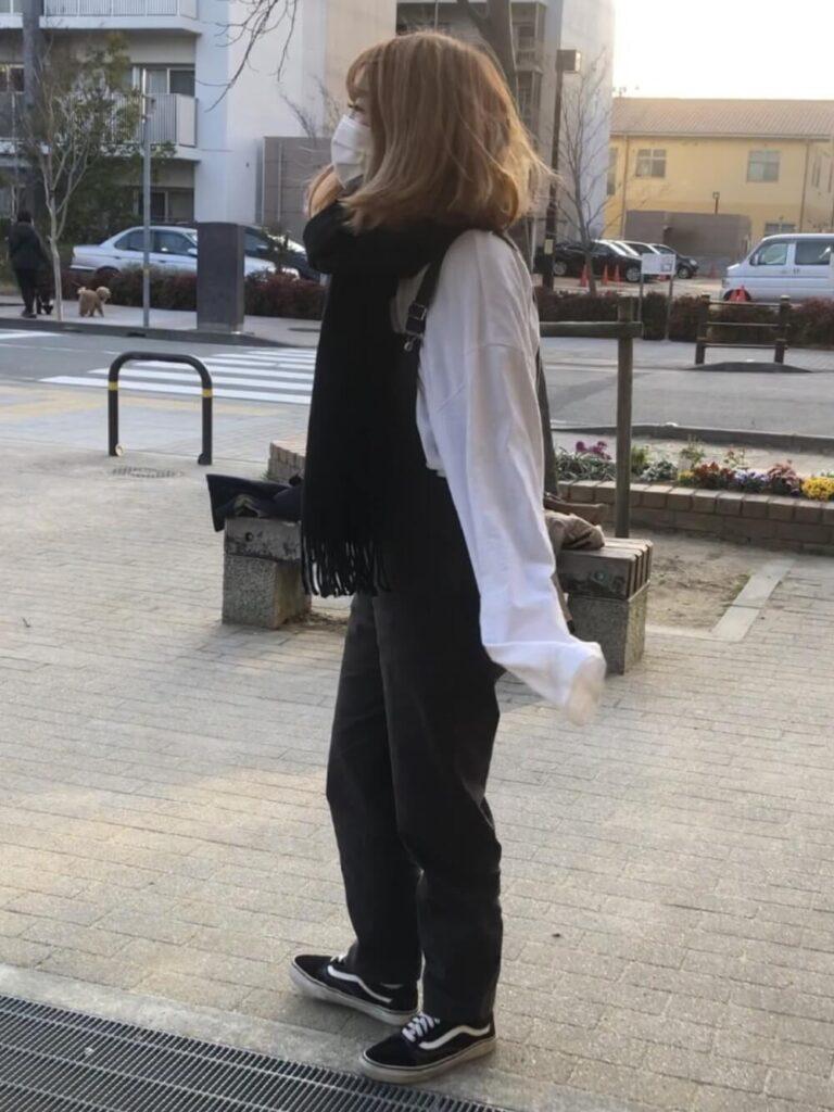 白のカットソー×デニムサロペット×スニーカー×黒マフラー・ストールのレディースコーデ