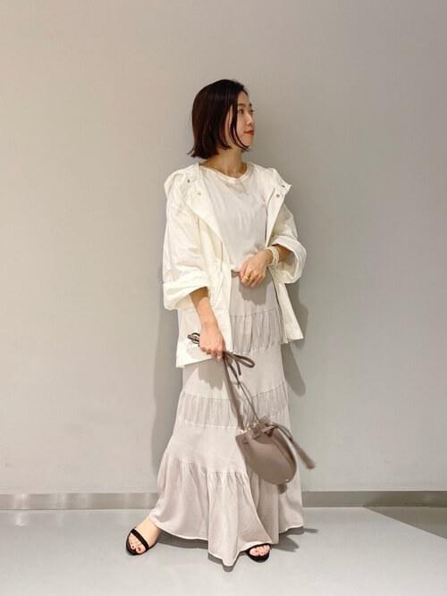 白のモッズコート×白のTシャツ×ベージュのティアードスカート×黒のサンダル