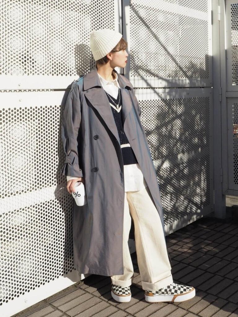 白シャツ×ニットベスト×スニーカー×ニット帽×ネイビーのトレンチコートの秋冬コーデ